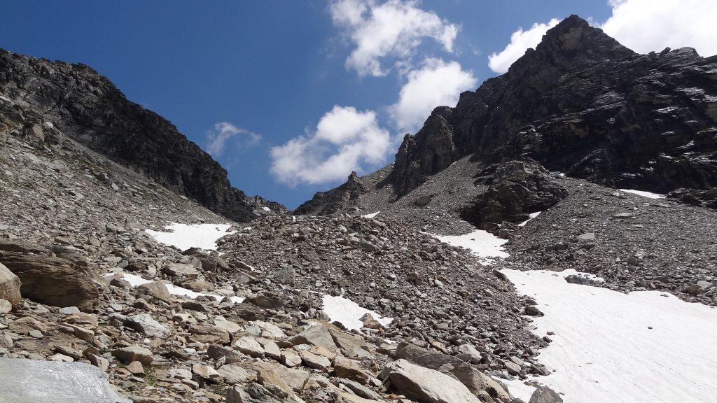 Montée vers le Col d'Agnel dans une ambiance très minérale