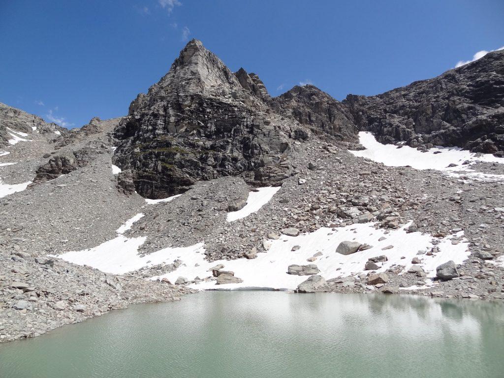 Le petit lac supérieur d'Ambin, au fond à gauche le Col d'Agnel