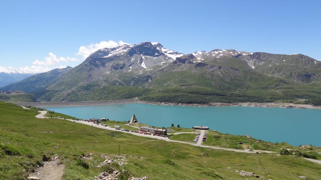Après quelques mètres d'ascension, on domine le lac du Mont-Cenis, sous le mont Giusalet et les Dents d'Ambin ...