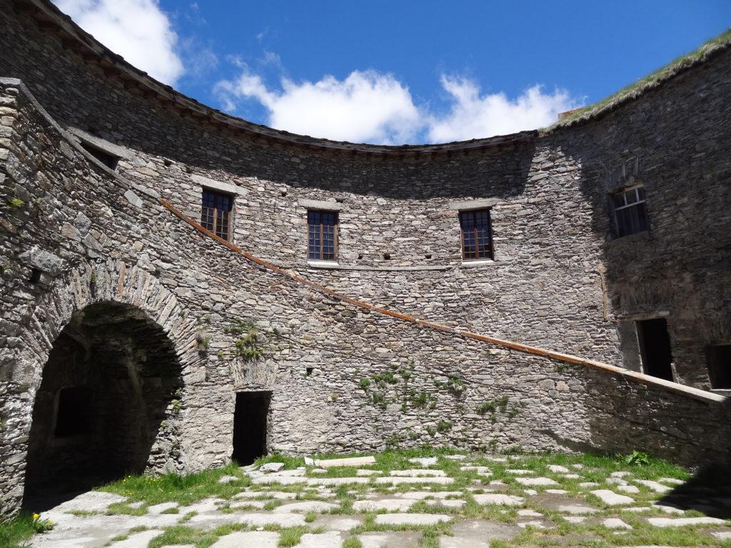 L'escalier monumental reliant les deux étages du fort