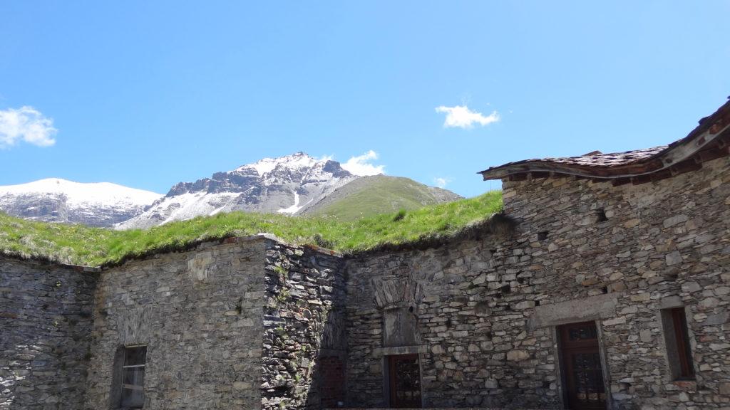Vue depuis la cour intérieure du Fort vers le mont du Lamet et la Pointe du Vieux