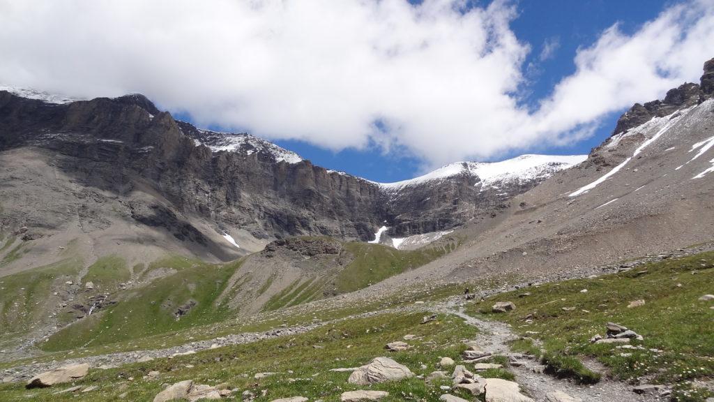 Le but de la randonnée se dévoile peu à peu : on distingue le verrou ayant permis la formation du lac