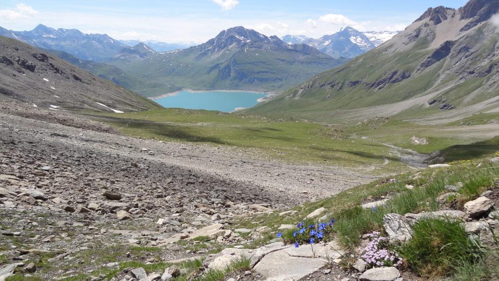 Avant d'atteindre le verrou glaciaire et le lac, traversée d'une moraine