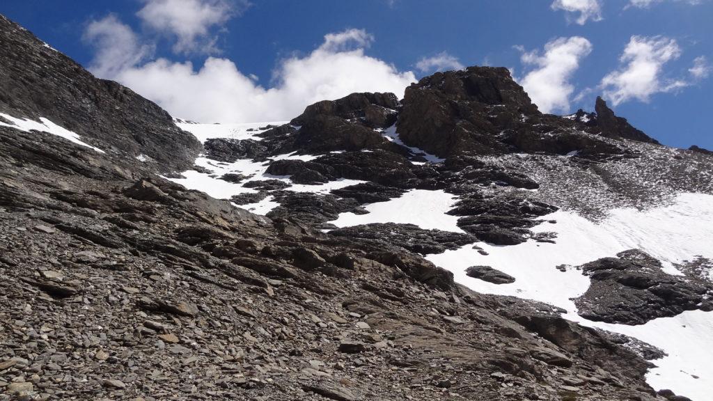 Après avoir traversé un névé, on arrive sous le glacier du Lamet. Les équipements sont alors nécessaires !